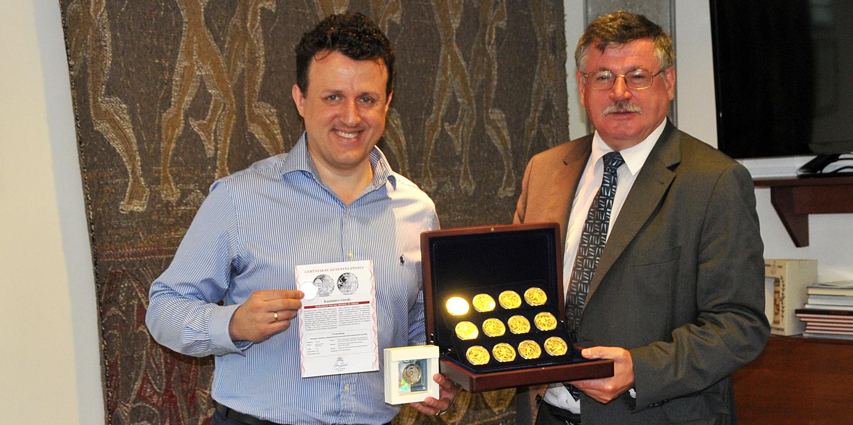 Przekazanie piłkarskich monet i medali kolekcjonerskich do zbiorów MSiT